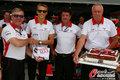 高清:F1巴林站奇尔顿庆生 车队成员送大蛋糕
