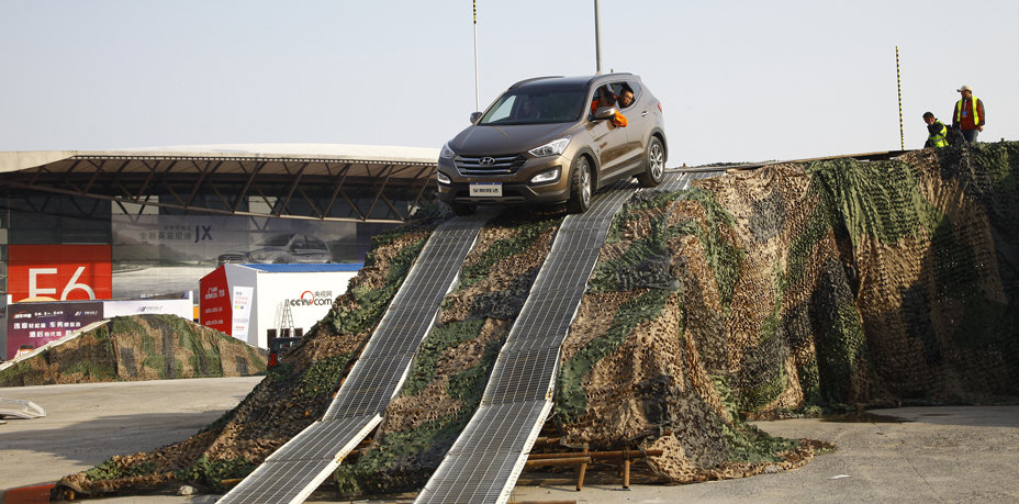 城市SUV通过障碍