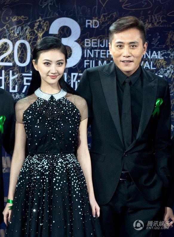 成龙刘烨景甜压轴闭幕蓝毯 黑衣亮相北京电影节图片