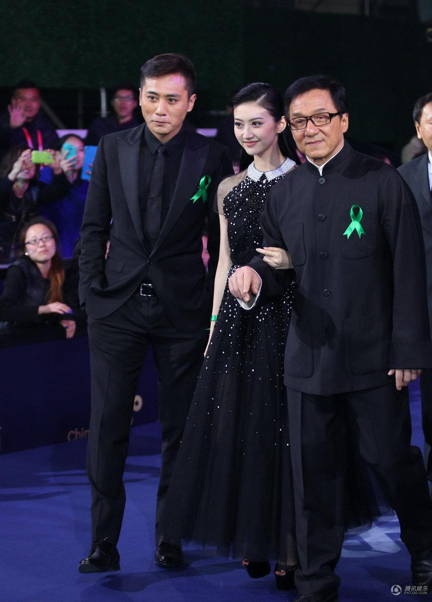 成龙刘烨景甜压轴闭幕蓝毯 黑衣亮相北京电影节