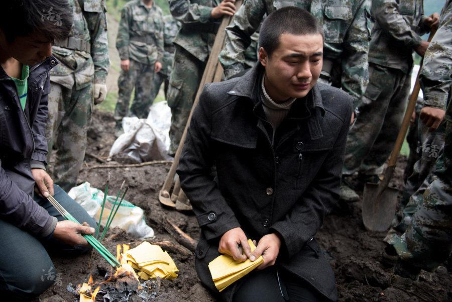 芦山百余名官兵用120多小时挖掘一名遇难者遗体