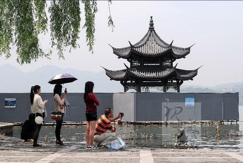 月12日,一场风雨中,西湖集贤亭轰然倒掉.2013年3月8日上午,
