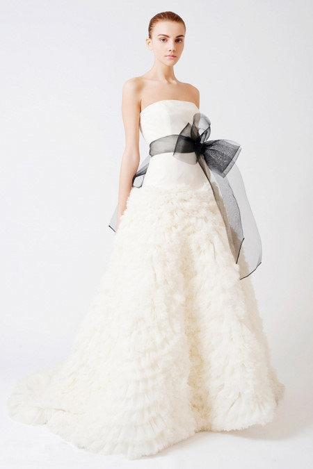 新娘拖尾婚纱礼服_新娘抹胸拖尾婚纱礼服