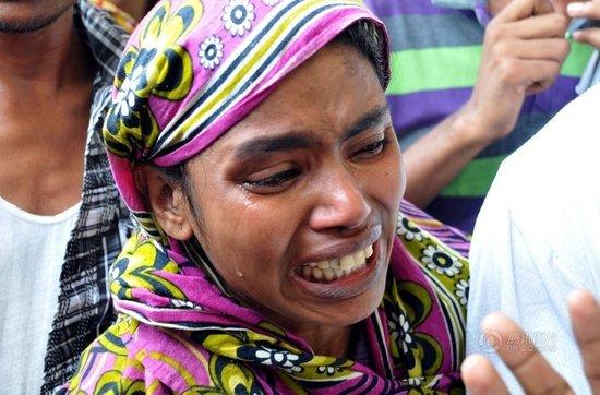 去亲人悲痛欲绝.-孟加拉国塌楼事故遇难人数已达233人