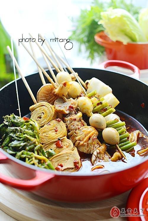 【材料】:麻辣烫调料1包、时蔬、豆皮、鹌鹑蛋若干、高汤适量、火