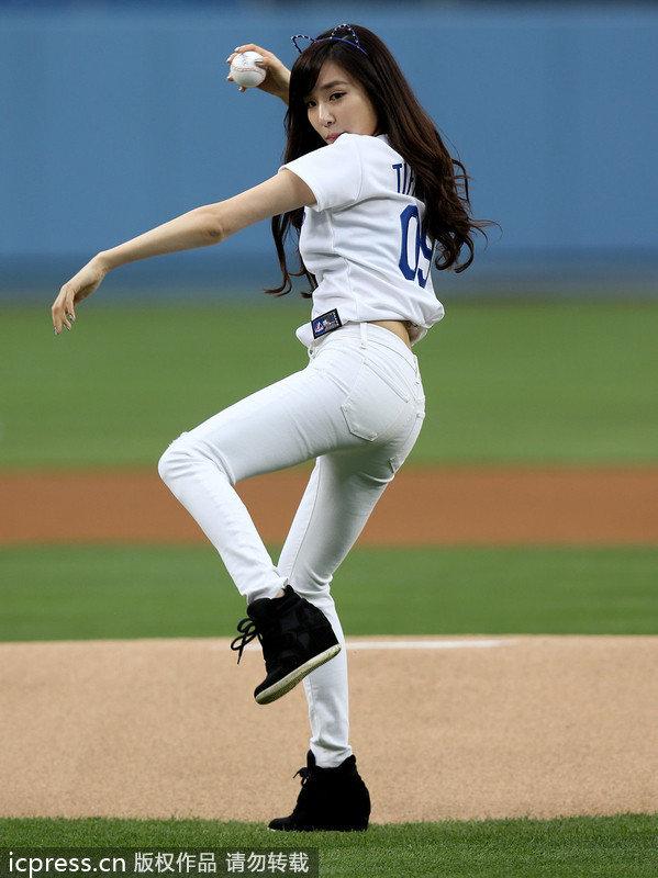 少女时代助阵MLB 现场开球秀S曲线身段