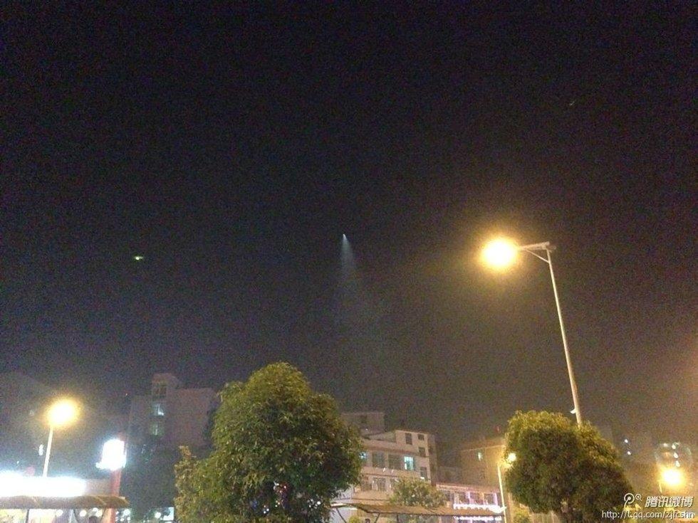 """疑似UFO.图片来源:网友""""虎虎虎""""微博-组图 长沙上空现不明飞"""