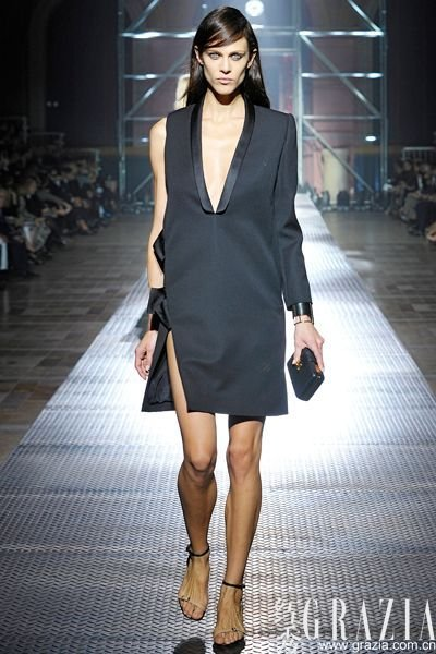 nbsp;  裙装的话,穿上伞裙就是小清新小复古,而穿上H-line连衣裙