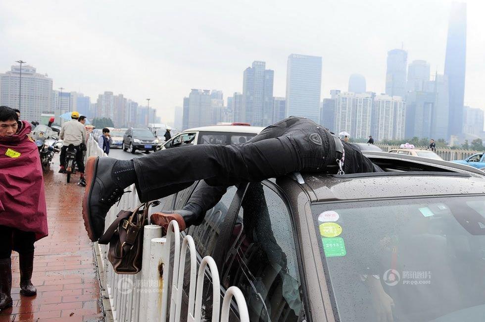 【广州大桥车祸】2013年4月11日下午,广州大桥发生一起车祸,一辆