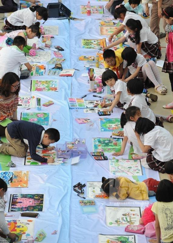 """的绘画作品引得同学们驻足观看.举办本次""""爱祖国爱家乡""""绘高清图片"""