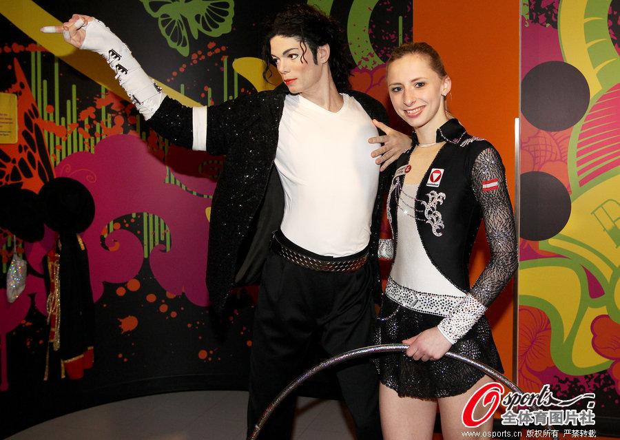 体操美女与MJ蜡像合影 高难劈腿秀柔韧图 燕