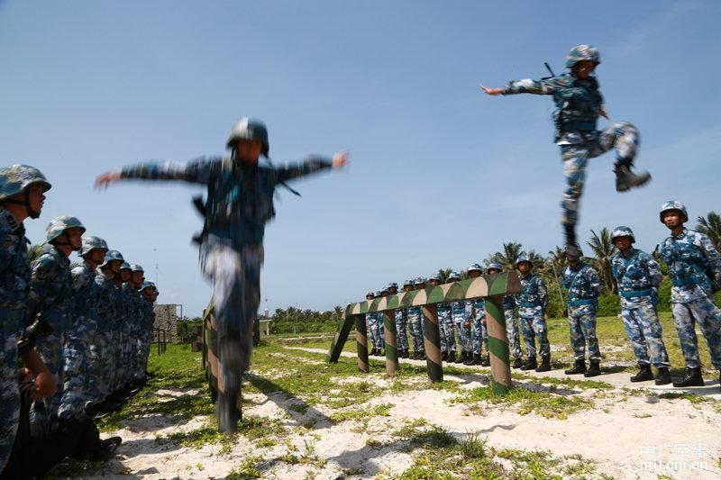 驻西沙群岛海军官兵冒酷暑组织训练