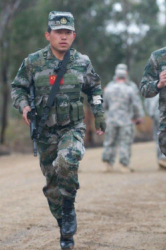 ,经常可以看到解放军战士的身影.他们身着我军最新型的作战装具