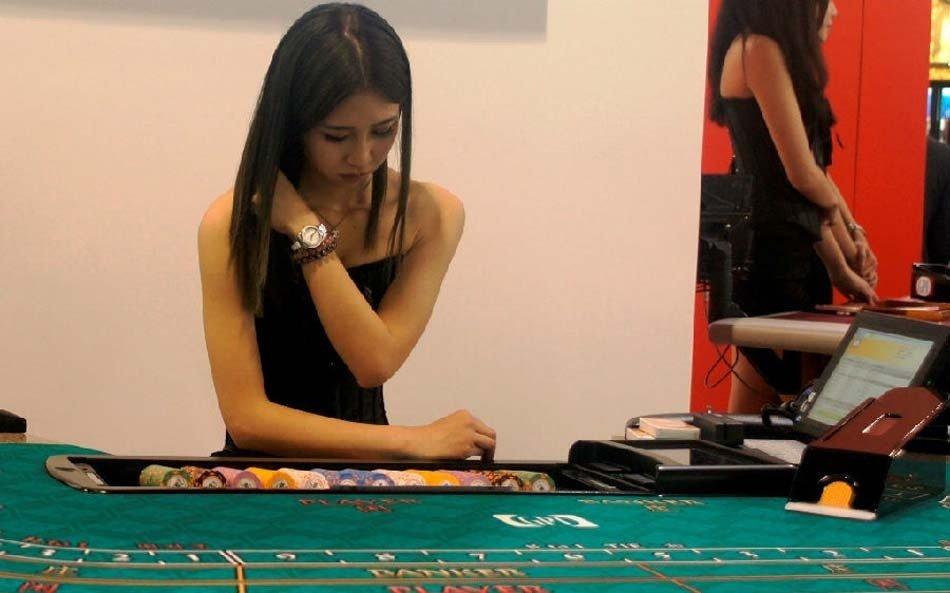 高清:亚洲国际博览会澳门开展 美女助阵