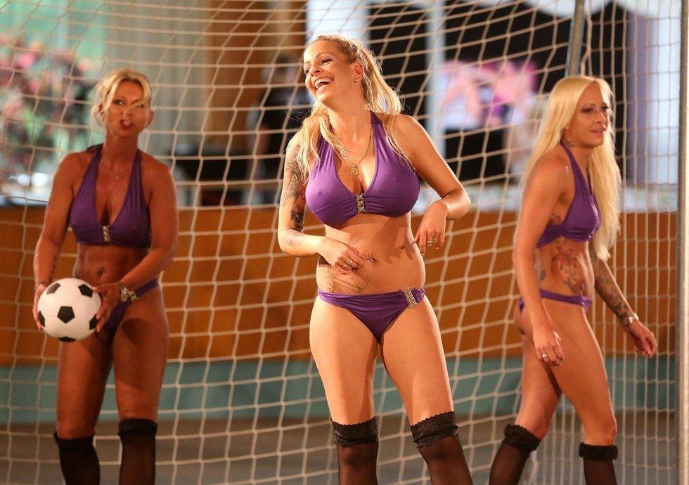 高清:裸体欧洲杯开战 超模露玉体赛场肉搏 欧洲