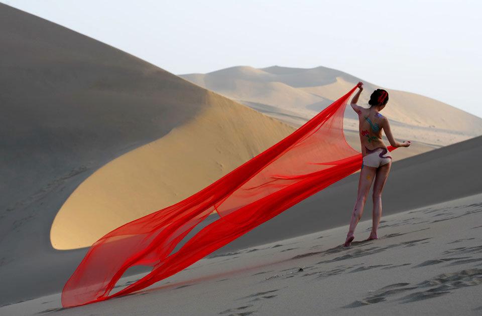 高清:创意公益发起拍沙裸行动 呼吁保护敦煌图片