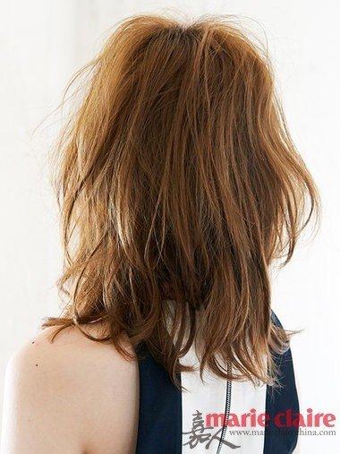 背面:头发长度大约及肩,非常适合头发细软的姑娘剪的一款发型,图片