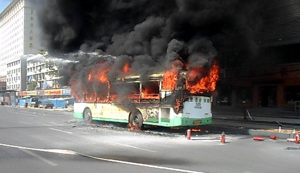 高清图—武汉市汉口青年路范湖段585路公交车自燃