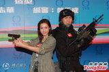 钟嘉欣宣传《飞虎2》靠疤抢镜 王君�露背性感