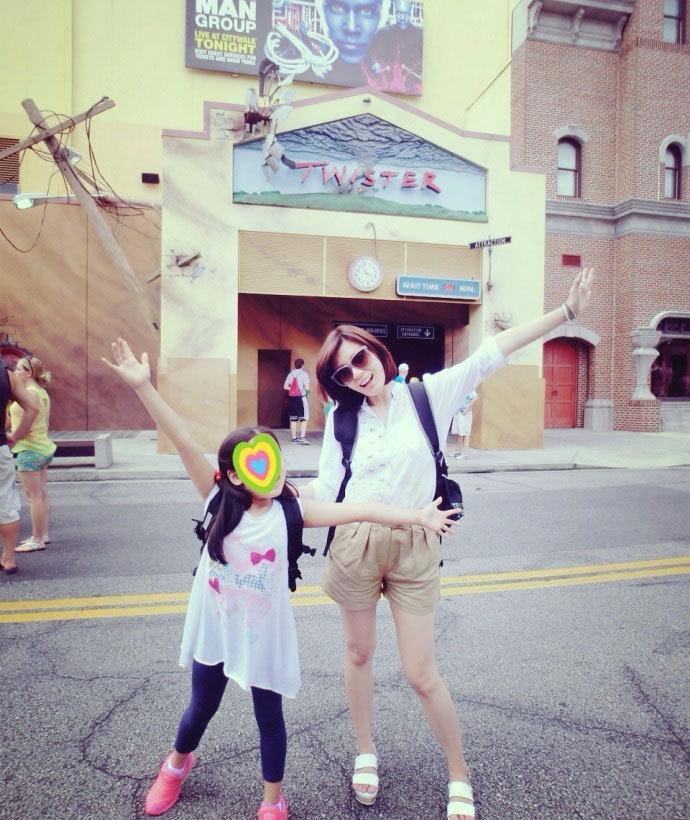 贾静雯推掉工作,陪梧桐妹到美国佛罗里达州的迪士尼乐园游...