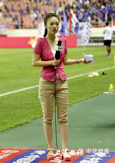 组图:央视美女记者采访德比战