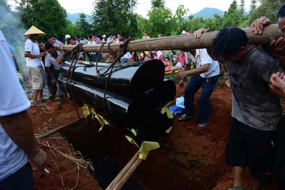 湖南临武被殴瓜农邓正加下葬全过程