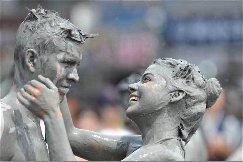 韩国泥浆节激情开幕 猛男摔跤美女爬行