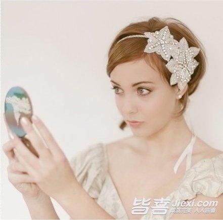 这款韩式短发新娘发型运用发辫打造出发箍造型,同样是利用露额的发图片
