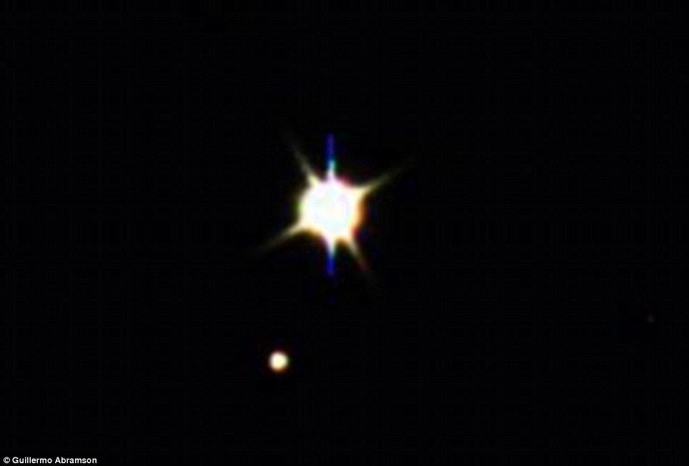 科学家增强局部图像,显示出地球和月球的身影