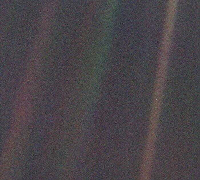 旅行者1号探测器和卡西尼号探测器都曾经在数十亿公里外观测过地球