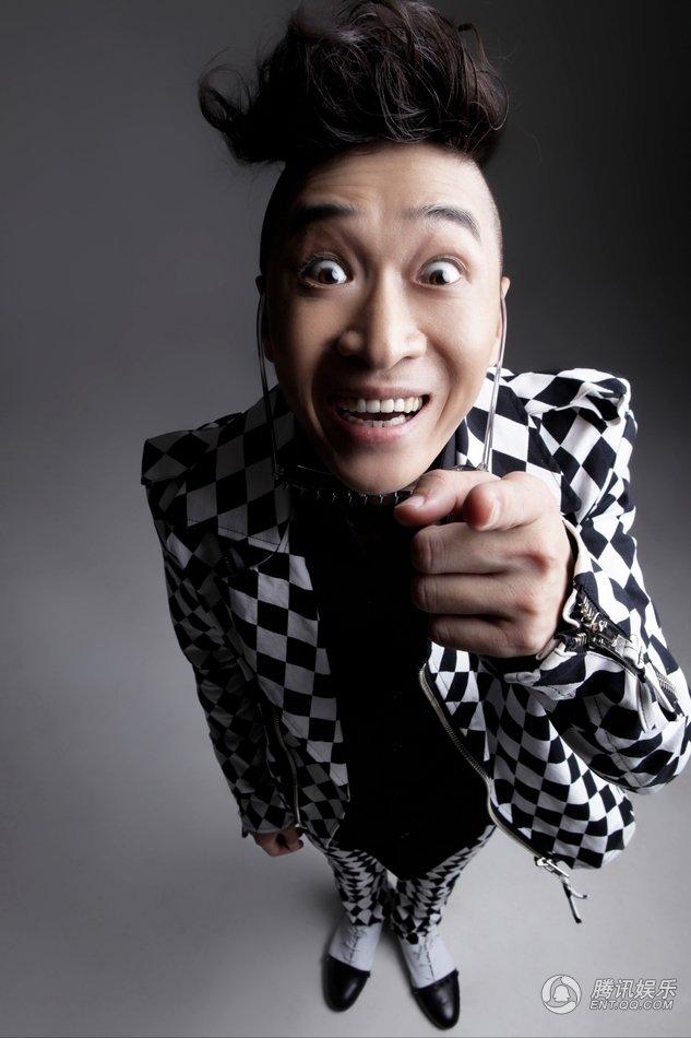 近日,开心麻花的演员王宁拍摄的一组搞怪大头照曝光,照片中王宁