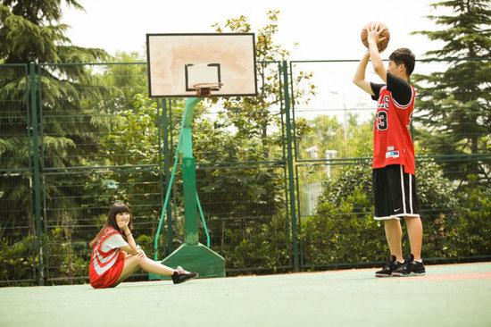 组图:学生情侣篮球场亲密照 唯美清新显恩爱