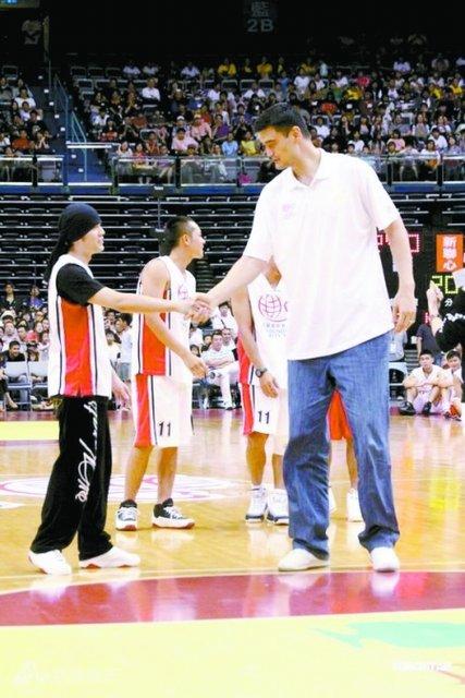 科比等参加过明星赛.周杰伦身高1.73米.-两拳手上海与姚明合影
