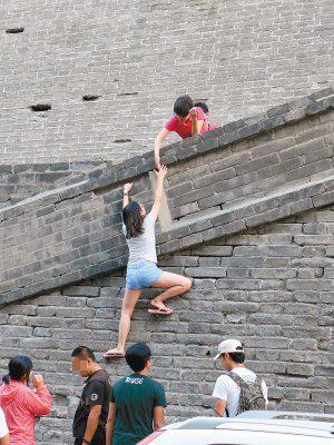 西安数十名游客爬城墙逃票