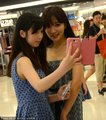 高清:王励勤女友吊带裙亮相 玩自拍显亲和力