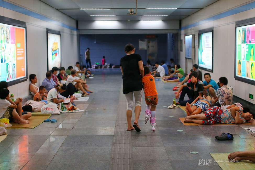 """上海""""纳凉族""""---地铁成了避难所 - 安妮 - 漫步人生的博客"""