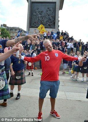 高清 苏格兰球迷空身穿格子裙大闹伦敦
