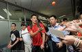 高清:林书豪空降上海 抛福音球与球迷互动