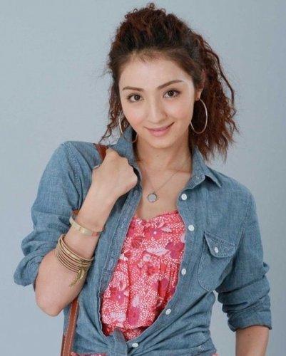 麦迪娜因在《新还珠格格》中饰演含香一角而崭露头角,继《新还珠