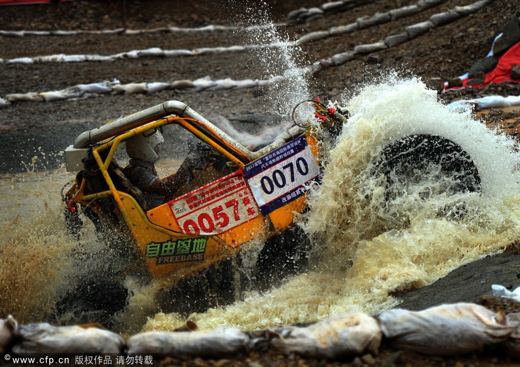 高清 贵阳场地汽车越野挑战赛 飞跃 泥石流高清图片