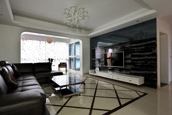 条纹茶几对应,并很好地融入了黑白相衬的客厅,处处透露着时尚气