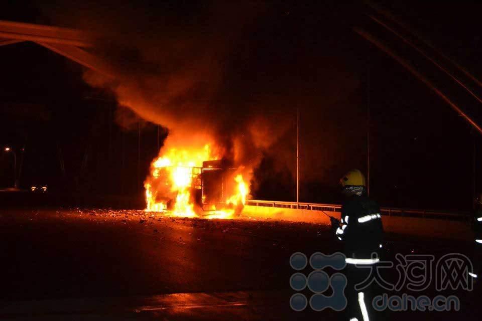 京港澳高速黄河大桥段一货车起火 幸无伤亡
