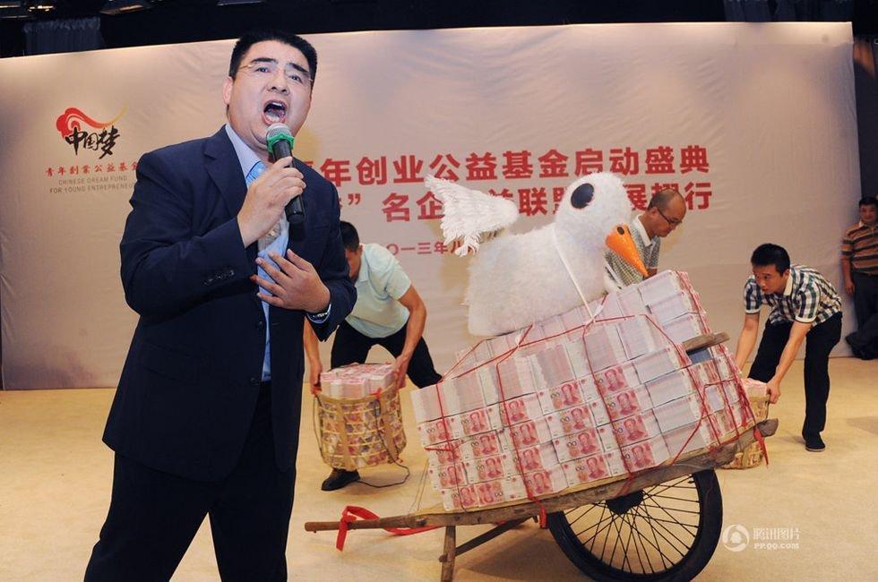 组图:陈光标扶植青年企业 巨资压断挑钱扁担