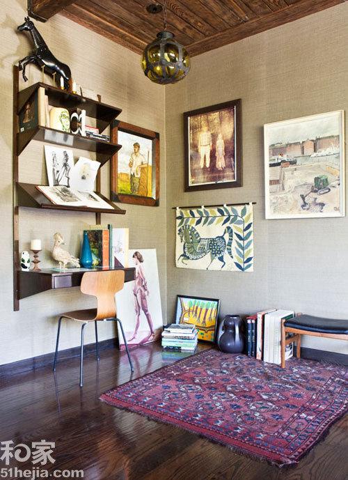 设计亮点:墙面简易书架造就工作地.小编认为:客厅或者过道的墙面