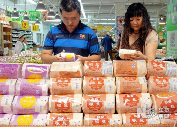 组图 传统纸包装月饼受市民青睐