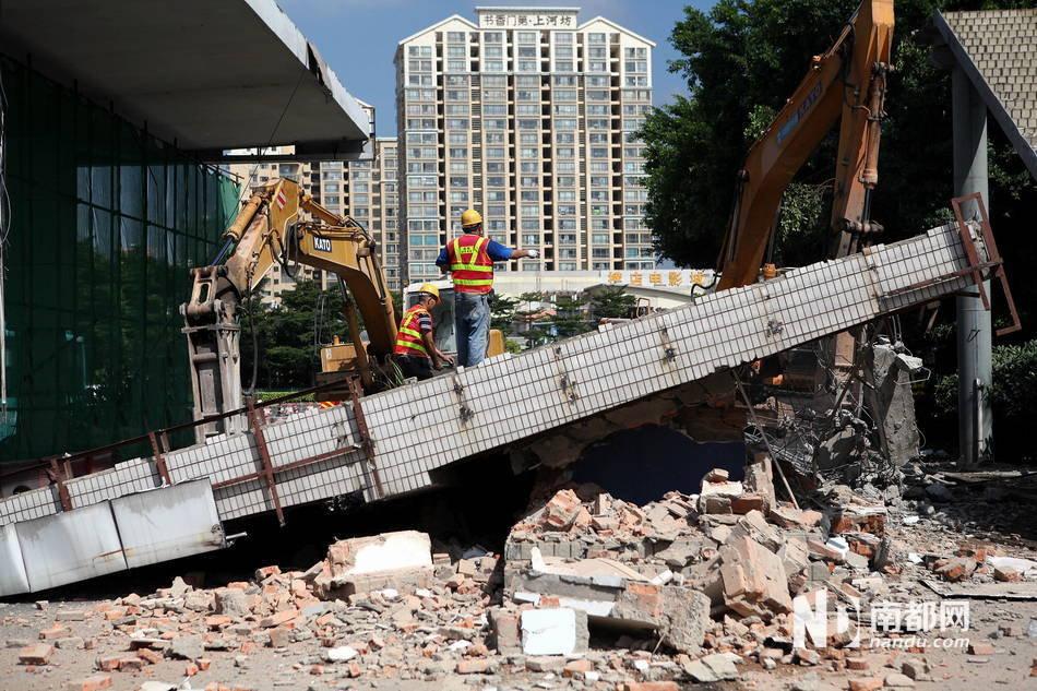 实施的是岗亭和顶棚的拆除工作.据来自路桥集团的现场施工人员