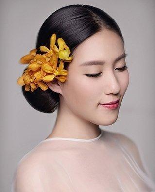 新娘妆眼影的运用以中性偏暖的喜庆色为主,但也应顾及化妆的季节