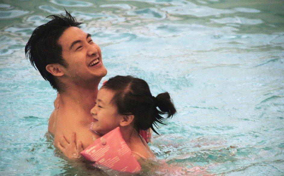 近日,田亮教女儿游泳照片曝光.身为国际顶尖级别的跳水冠军,田亮
