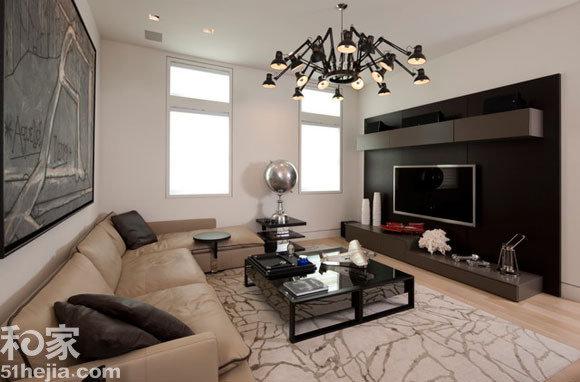 也容得下黑色的电视背景墙,客厅多黑色跟白色搭配,时尚而沉稳.