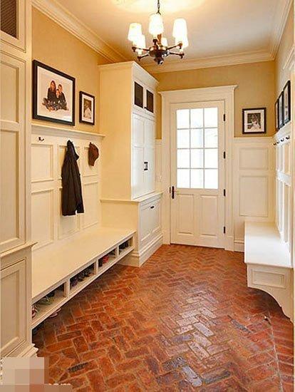 玄关处地砖和客厅地板,这个铺贴法,要先铺哪个部分,如何处理呢?